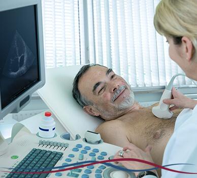 Imagem pessoa feliz fazendo consulta/exame médico